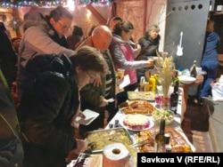 Учасники заходу куштують українські різдвяні страви