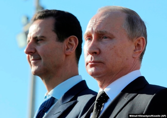 Башар Асад и Владимир Путин на смотре войск на военной базе Хмеймим. 11 декабря 2017 г.