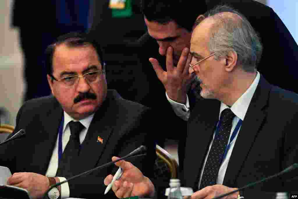 Сирияның БҰҰ-дағы елшісі, Сирия үкіметі делегациясының басшысы Башар әл-Жафари (оң жақта) осы елдің Ресейдегі елшісі Риад Хаддадпен сөйлесіп отыр. Астана, 23 қаңтар 2017 жыл.