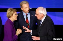Senatorja Elizabeth Warren duke biseduar me senatorin, Bernie Sanders.