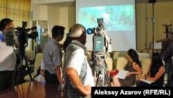 Журналистам показывают отрывки из фильмов конкурсной программы кинофестиваля «Евразия». Алматы, 15 августа 2012 года.
