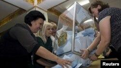 У найбільшому місті Казахстану Алмати готуються рахувати голоси, 26 квітня 2015 року