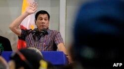 دوترته در حال سخنرانی در مانیل