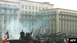 Танки охраняют здание Центрального комитета компартии Румынии, Бухарест, 26 декабря 1989