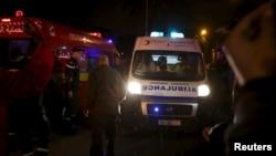 Поліція допомагає розчистити шлях для карети швидкої, Туніс, 24 листопада 2015