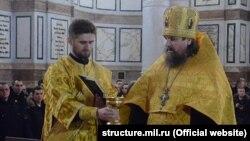 Протоиерей Сергий проводит чин освящения флагов