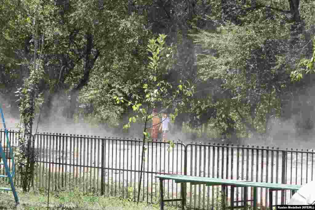 Более трех тысяч дворов в городе не оснащены детскими игровыми площадками. Поэтому многие дети вынуждены играть на тротуарах или прямо у подъезда. Алматы, 21 августа 2013 года.