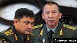 Мурдагы коргоо министрлери Таалайбек Өмүралиев менен Абибилла Кудайбердиев.