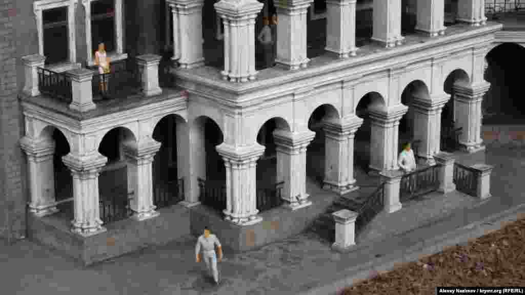 Маєток купця Стахеєва. Будинок із витонченого мармуроподібного вапняку побудували наприкінці XIX століття за проєктом відомого ялтинського архітектора Миколи Краснова, автора Лівадійського палацу