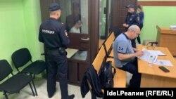 Элик Абдрашитов (в аквариуме) во время суда по мере пресечения