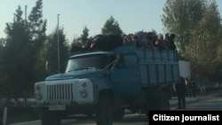 Люди, едущие в кузове грузовика в Узбекистане. Ноябрь 2016 года.