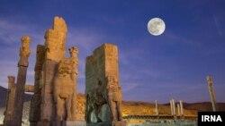 گروهی از روحانیون و نهادهای حاکمیتی در ایران سالهاست که مانع برگزاری روز کوروش در محوطه باستانی «پاسارگاد» میشوند