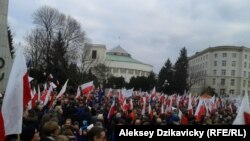 Польша парламенті алдына демократияны қолдау шеруіне шыққандар. (Көрнекі сурет.)