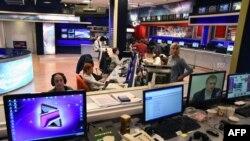 Pamje e gazetarëve gjatë punës së tyre në stacionin televiziv Rustavi-2 në Tbilisi të Gjeorgjisë