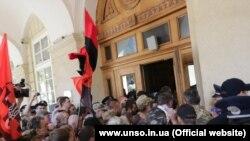 Протестувальники намагаються зайти до Львівської міської ради, 9 червня 2016 року