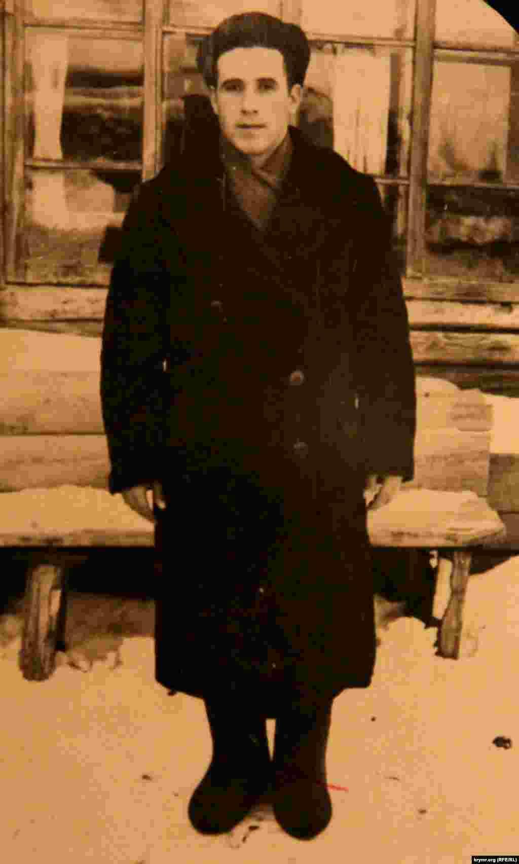 Життя в депортації було нелегким –малолітні діти разом із немічними старими і жінками валили ліс, працювали на лісопильних. Спочатку за тарілку супу і окраєць хліба, потім почали платити. Але якщо іншим платили 100 рублів, то кримським татарам –30. На фото Мустафа Кадиров під час депортації на Уралі