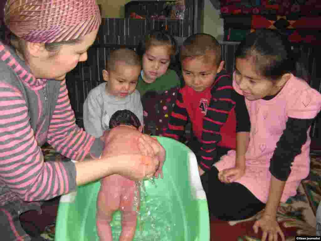 Мамамыз бесінші бөпесін бірінші рет шомылдырып жатқанда түсіріп алдым. Жүктеген Әбдірайым Рабия.