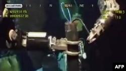 """Нефть больше не вытекает благодаря тому, что инженеры закрыли все клапаны нового защитного """"колокола"""", установленного поверх поврежденной скважины"""