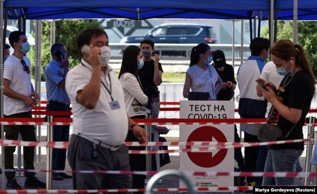 Коронавирустың бар-жоғын тексеретін тестілеу орталығында тұрған адамдар. Алматы, 8 шілде 2020 жыл.