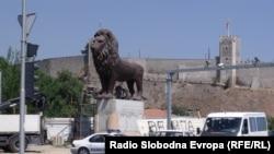 Поставување на Лавовите на мостот Гоце Делчев