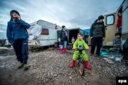 """Обитатели лагеря беженцев во французском Кале. Этот лагерь прозвали """"Джунгли"""""""