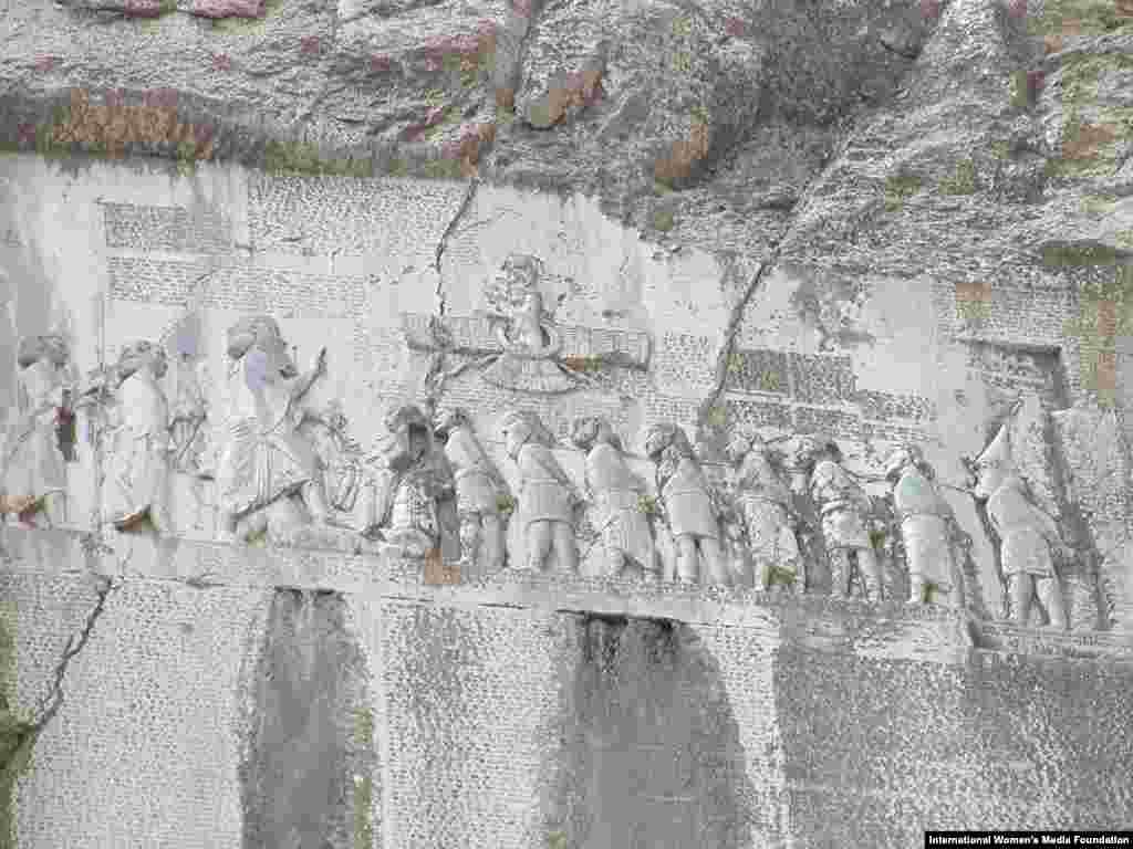 بیستون؛ در نزدیکی کرمانشاه، بر دامنه کوه بیستون، سنگنبشتهای منحصر به فرد قرار دارد. سنگنبشته بسیتون از دوران هخامنشی به یادگار مانده و سال ۲۰۰۶ به فهرست یونسکو افزوده شد. یونسکو ارتفاع آن را ۱۵ متر و طول آن را ۲۵ متر ثبت کردهاست و یادآوری کرده این سنگنبشه به سه خط میخی، به زبانهای پارسی باستان، ایلامی و بابلی نوشته شدهاست. این سنگنبشه از مهمترین سندهای تاریخ جهان است.