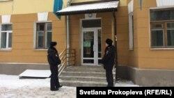 Полицейские у штаба Навального в Пскове