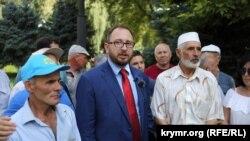 Микола Полозов біля будівлі суду в Криму, 1 серпня 2018 року