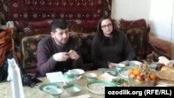 Представители посольства США в Узбекистане Алисон Ханна и Мамед Аскеров на встрече с экс-политзаключенным Мухаммадом Бекжаном. Хорезм, 3 марта 2017 года.