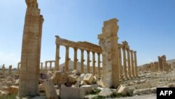 Syria - A general view taken on March 27, 2016 shows part of the remains of the Arc de Triomph (Triumph Arc) monument