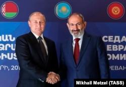Президент Росії Володимир Путін і прем'єр-міністр Вірменії Нікол Пашинян (зліва направо) під час зустрічі перед початком засідання Вищої Євразійської економічної ради у Єревані, 1 жовтня 2019 рік