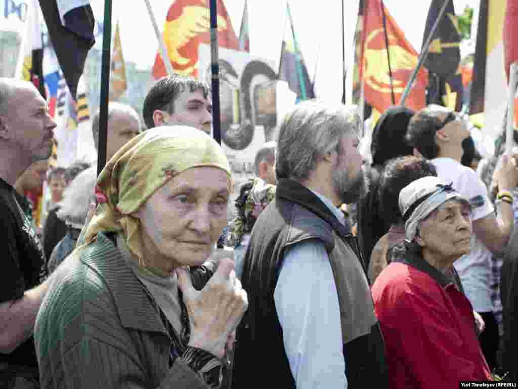 Участники акции против гей парадов