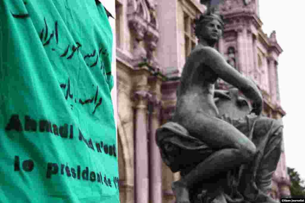 پاریس، فرانسه - جمعآوری امضا در راستای حرکتی مدنی به نام «بلندترین تومار جهان؛ احمدینژاد رئیس جمهور ایران نیست»