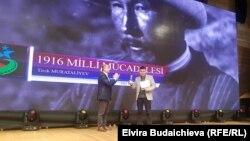 Вручение награды за работу Тилека Мураталиева.
