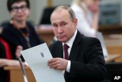 ولاديمیر پوتین په مسکو کې خپله رایه استعمالوي.
