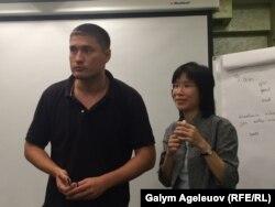 Шум Винг Ян (справа), социальный работник из Гонконга, проводит тренинг по предотвращению суицида среди школьников. Алматы, 5 августа 2015 года.