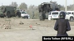 """На месте операции по задержанию подозреваемых в нападении на полицию. Атырау, 21 сентября 2012 года. Фото с сайта """"Ак Жайык""""."""