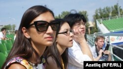 Сулда Камилә Хәкимова һәм сулдан өченче Мәүлидә Хәкимова. 2011нең август аенда төшерелгән фото.