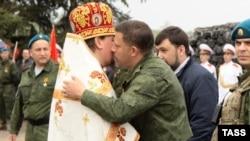 Главарь группировки «ДНР» Александр Захарченко (в центре). Саур-могила, Донецкая область, 8 мая 2015 года
