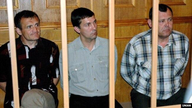 Володимир Топонар (ліворуч), Юрій Яцюк (центр) і Анатолій Третьяков під час судового засідання у справі трагедії на авіашоу