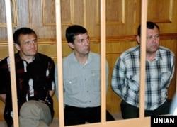 Володимир Топонар (ліворуч), Юрій Яцюк (посередині) і Анатолій Третьяков під час судового засідання у справі катастрофи на авіашоу