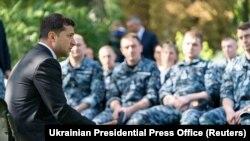 უკრაინის პრეზიდენტი, ვოლოდიმირ ზელენსკი ხვდება უკრაინელ მეზღვაურებს, რომლებიც რუსეთმა დააკავა ქერჩის სრუტეში და რომლებიც გაათავისუფლეს პატიმრების გაცვლის შედეგად