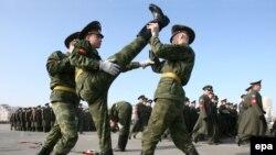 """Молодых призывников пугают не парады, а """"традиционные"""" побочные эффекты службы в сегодняшней российской армии"""