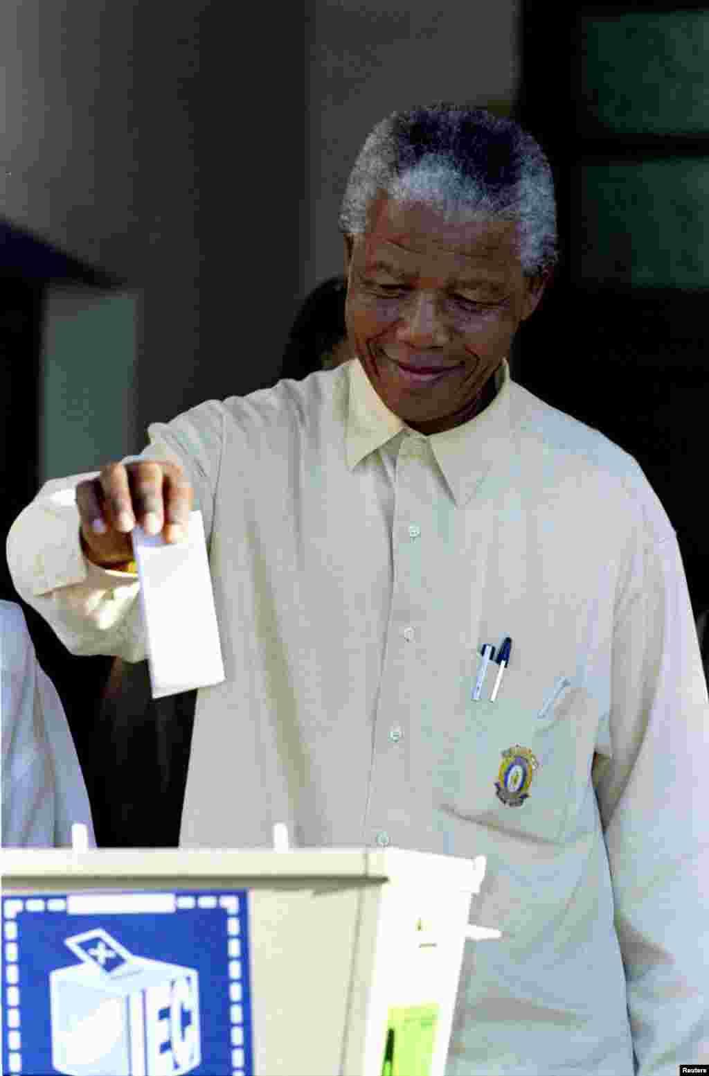 ნელსონ მანდელა სამხრეთ აფრიკის პირველ მრავალრასობრივ არჩევნებზე ხმის მიცემისას, 1994 წლის აპრილში.