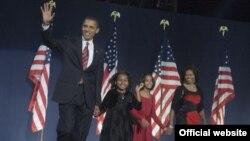 Ровно год назад Барак Обама праздновал победу (на фото: только что избранный президент США с женой и дочерьми)
