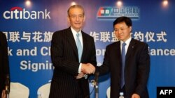 Председатель совета директоров американского CitiBank Уильям Родс и президент China UnionPay Вань Цзяньхуа на церемонии подписания двустороннего соглашения компаний. Шанхай, сентябрь 2005 года.