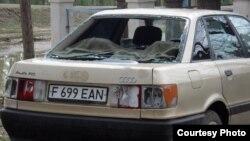 Автомобиль одного из жителей села Кызылкесик после града. Тарбагатайский район, Восточно-Казахстанская область, 19 июня 2012 года.