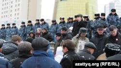 Полицейские перед Акордой. Астана, 28 марта 2011 года.