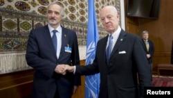 Trimisul ONU Staffan de Mistura dă mâna cu ambasadorul sirian la Națiunile Unite Bașar al-Jaafari (stânga), Geneva, 29 ianuarie 2016