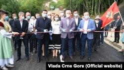 Od 5. avgusta, kada je Državna izborna komisija zaključila izborne liste, premijer Duško Marković koji je ujedno i nosilac liste vladajuće DPS posjetio je šest opština. U Bijelom Polju Markovićje otvorio lokalni put.